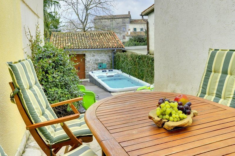 Grzici Holiday Home Sleeps 8 with Air Con - 5467032, holiday rental in Gracisce