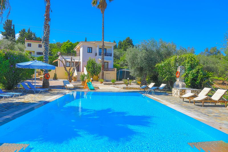 Villa Lianolia: Huge pool, A/C, WiFi, near the beach, vacation rental in Peroulion