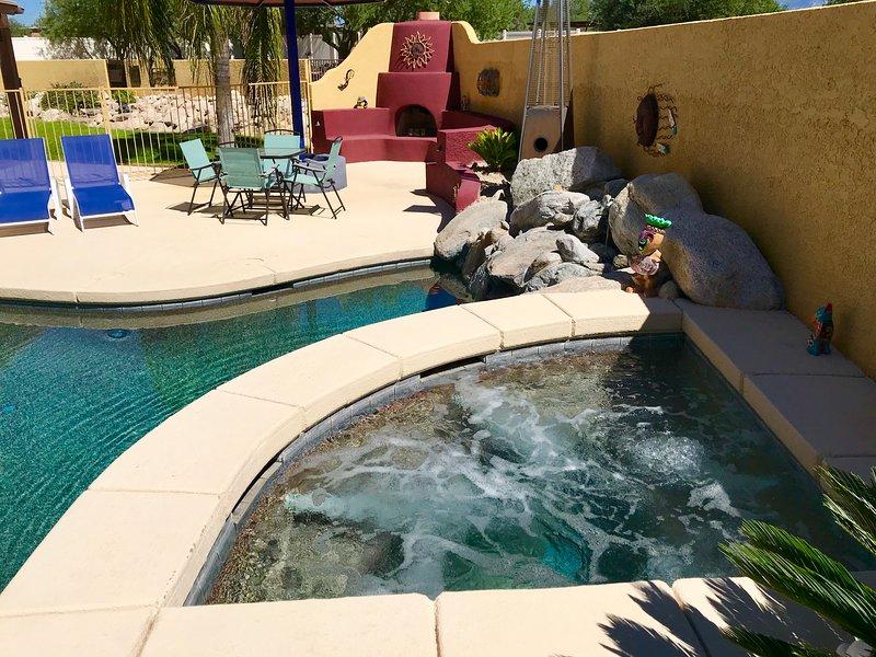 Gran spa climatizado que da a la piscina de abajo