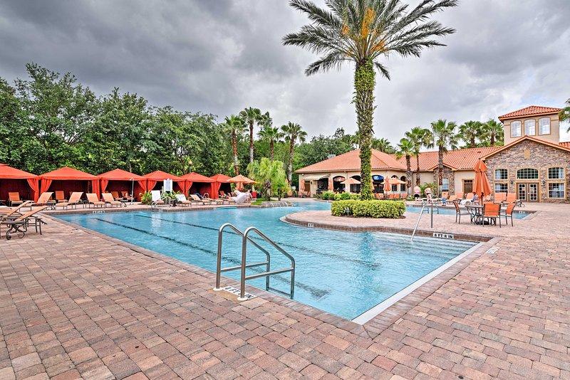 ¡Disfruta del acceso a la gran piscina del complejo con palmeras y cabañas privadas!