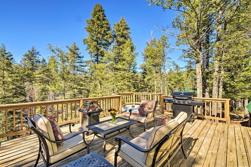Haga una barbacoa en la terraza o sumérjase en la bañera de hidromasaje en este entorno natural.