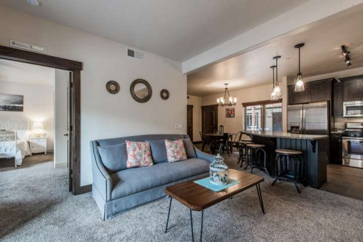 Living room area / Bar Seating for 3 / Gas Fireplace / HDTV + Cable + Free WiFi