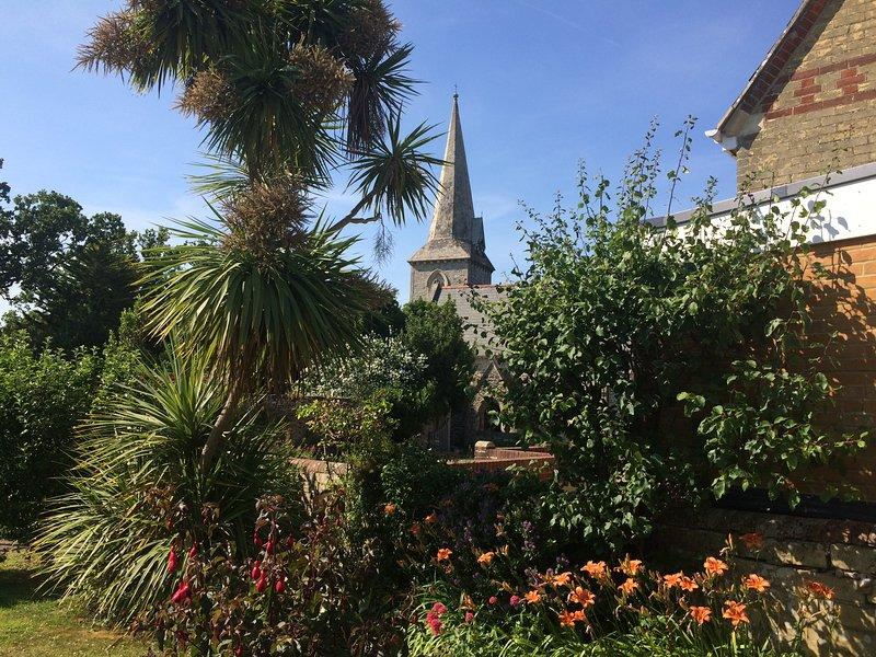 Het tuinappartement ligt op een korte wandeling van de zelfstandige winkels, cafés en restaurants van Bembridge.