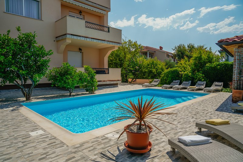Close to Sea&City / Pool&Grill, Apartment Limetta, location de vacances à Palit
