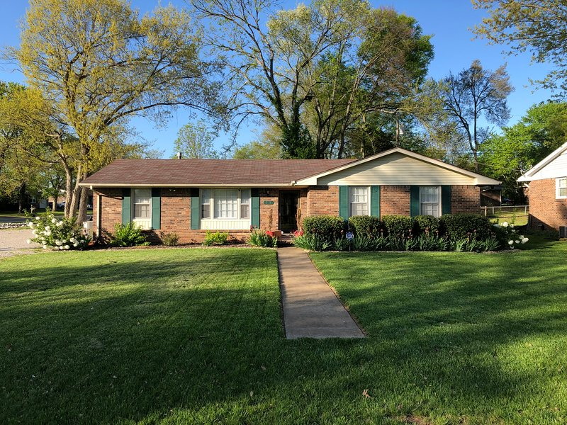 Middle of it all 3 Beds w/1 King Bed, holiday rental in Bowling Green