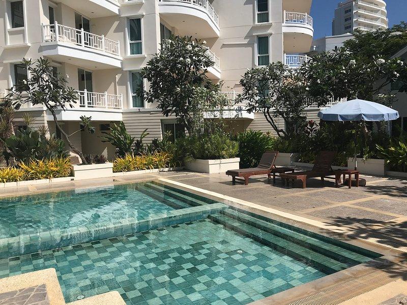 Hua Hin Beachfront 2 bedrooms, 5 beds luxury condo, beachfront fully equipped, alquiler vacacional en Ban Khao Takiap