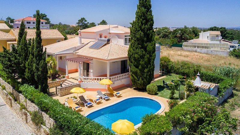 BONITA Villa w/ gated pool, garden, AC, Wi-Fi, 1km to Galé beach, casa vacanza a Gale
