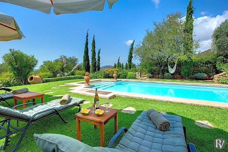 Mousata Villa Sleeps 10 with Pool and Air Con - 5690572, casa vacanza a Karavadhos