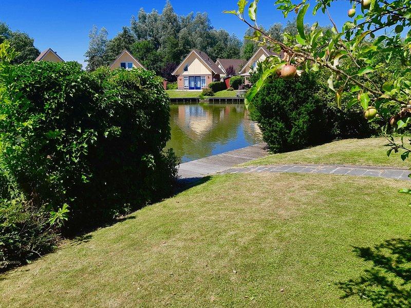 Luxe 5 pers. bungalow aan het water met wifi, roeiboot etc !, vakantiewoning in Medemblik