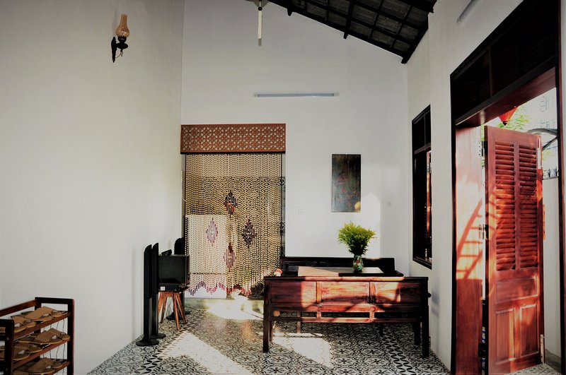 Yellow Lantern Room | Near My Khe Beach | Ancient house, holiday rental in Khue My
