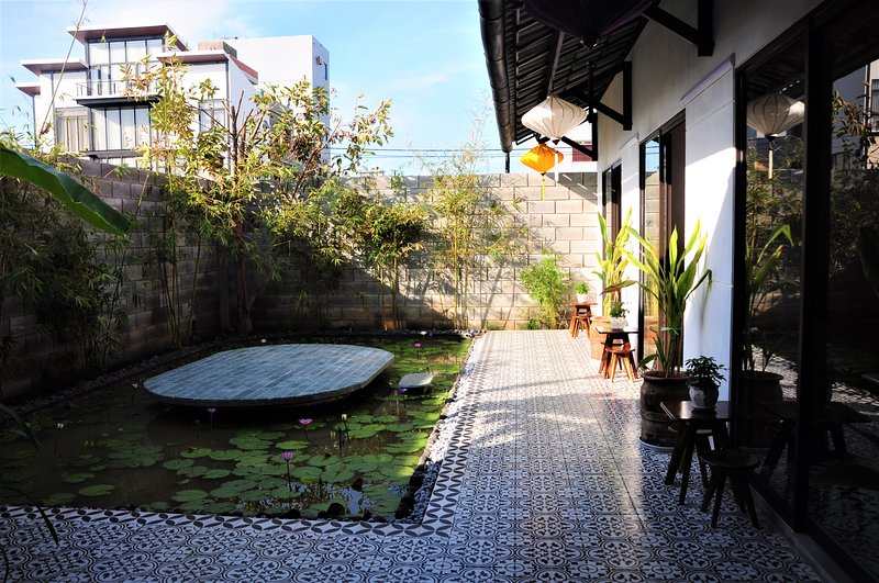 Red Lantern Room | Near My Khe Beach | Ancient house, holiday rental in Khue My