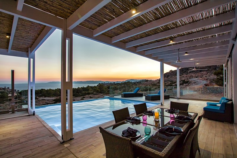 Beautiful New Villa, 4 bedroom/3bathroom w/ Infinity Pool and Stunning Sea View, holiday rental in Pefkos