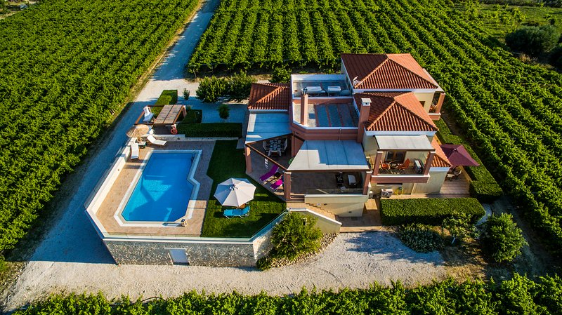 Cretan Vineyard Hill Villa, location de vacances à Tylissos