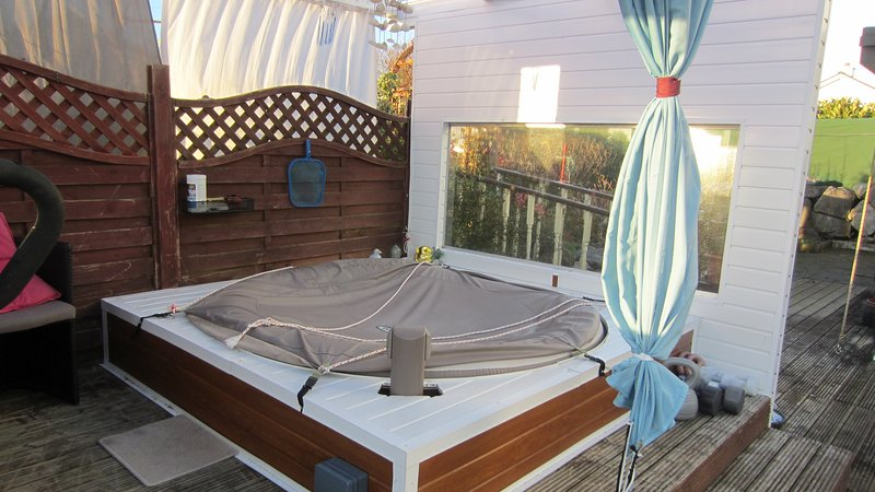 BARNA GALWAY HOT-TUB SUMMER LODGE near golf and sea, vacation rental in Spiddal