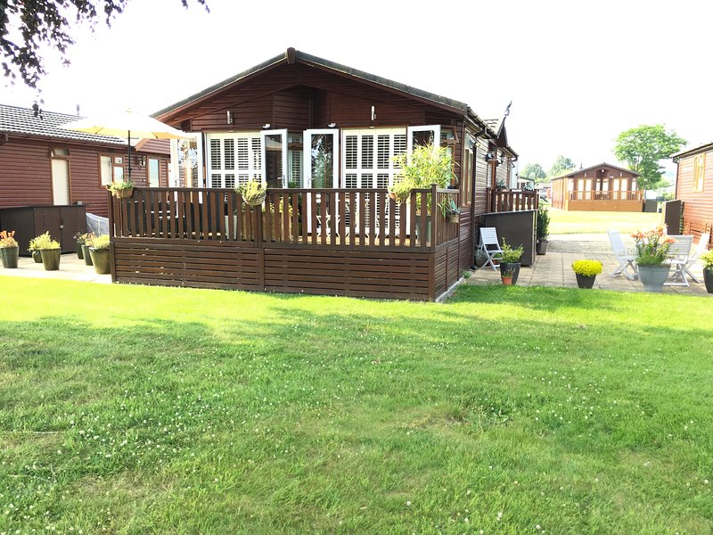 Riverside Lodge on Premium Site with Clubhouse, location de vacances à Tiddington
