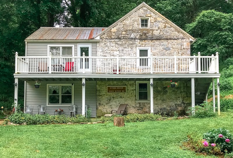 Beautiful 1815 Stone House, private river area, holiday rental in Sharpsburg