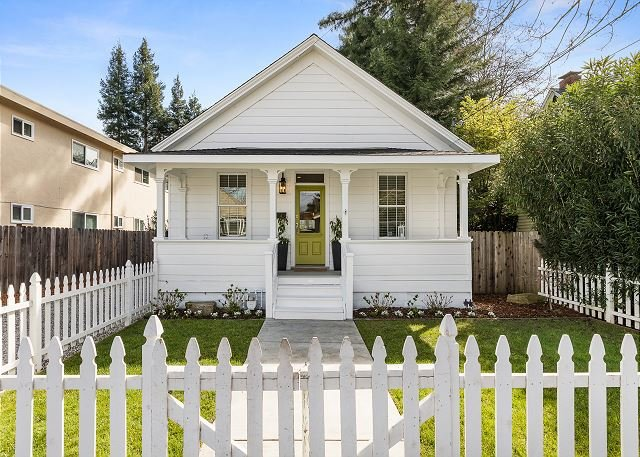 Charming Cottage Downtown w/ Fenced Backyard, Walk to Oxbow Public Market, holiday rental in Green Valley