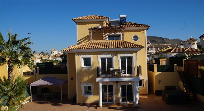 VILLA WITH PRIVATE POOL AND AIR-CONDITIONING FOR MAX.10 PERSONS, vacation rental in Mazarron