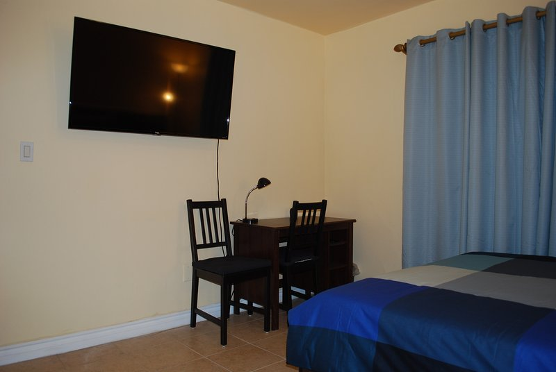 Room 4 / private bathroom / parking / 4k TV / near Universal and Hollywood, holiday rental in Los Angeles
