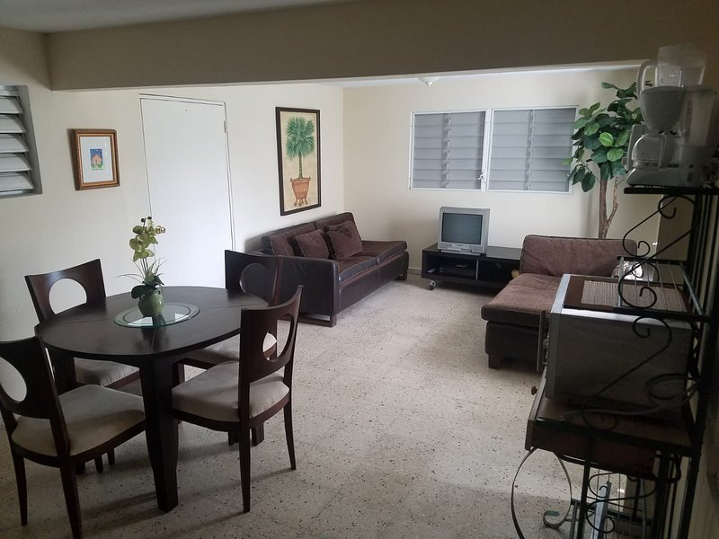 Quiet & Big Apartment 8 miles beach-airport-casino-nightlife-transportation near, alquiler vacacional en Caguas