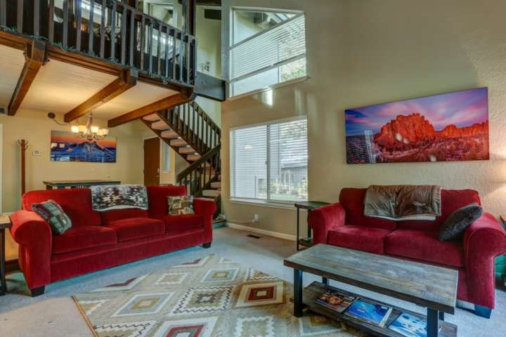 Color and comfort highlight Sunriver condo
