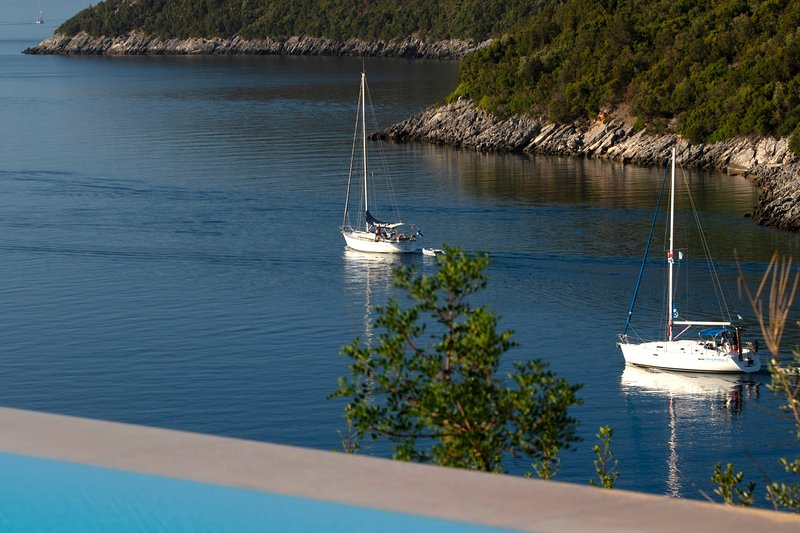 Villa Kalamos - Modern Villa in Sivota Bay with Direct Access to Sea, location de vacances à Sivota