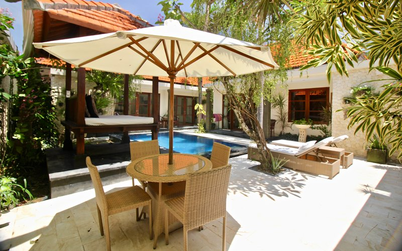 VILLA BETUTU, LUXURY 3 BDRM VILLA, POOL, OUTDOOR AREA,WITH BEACHFRONT ACCESS, holiday rental in Sanur