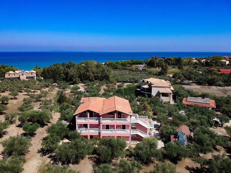 Spacious Two-Bedroom Family Apartment Ground floor, vacation rental in Ano Vasilikos