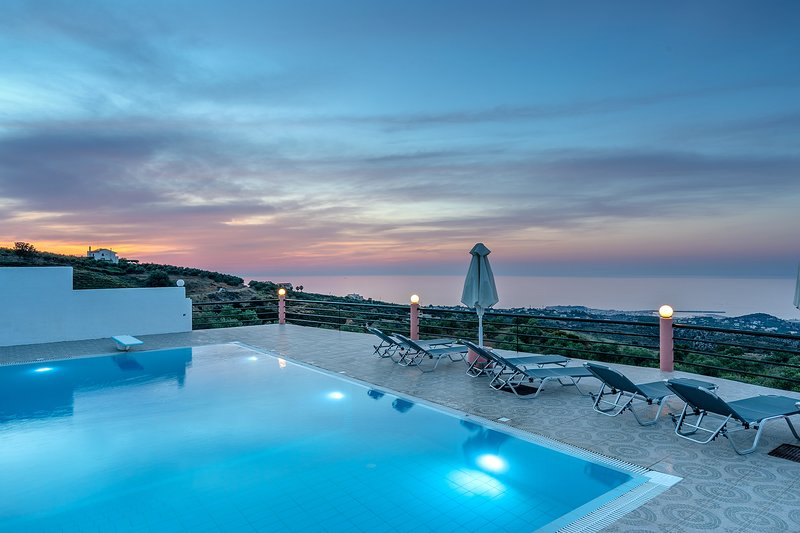 Superb 4 bedroom villa, with amazing views & pool!, holiday rental in Kastellos