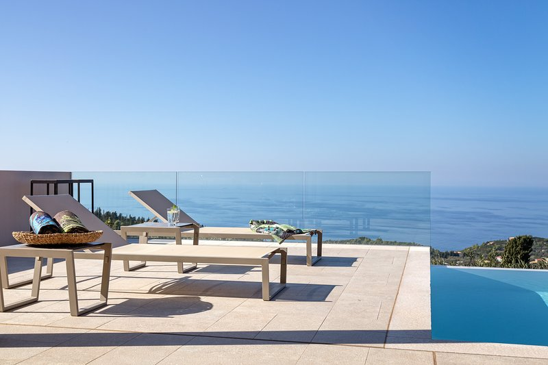Elegant Luxury Villa with Private Pool, Panoramic Sea View and Dreamy Sunset, location de vacances à Agios Nikitas