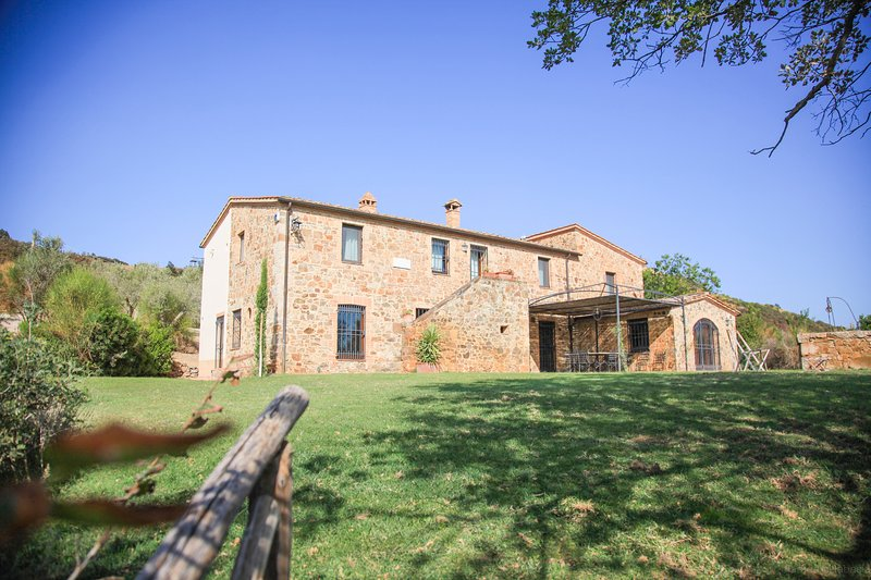 Private villa with pool in the Montalcino area. 8 persons in 5 bedrooms!, vacation rental in Montalcino