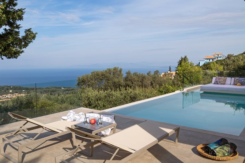 Magnificent Luxury Villa with Private Pool, Panoramic Sea View and Dreamy Sunset, aluguéis de temporada em Agios Nikitas
