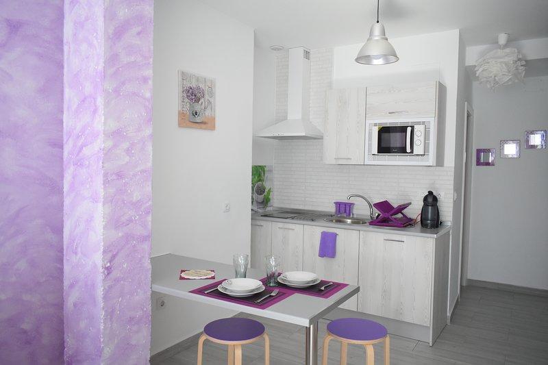 Centrico estudio con cocina y baño en casa renovada, holiday rental in Torre Melgarejo