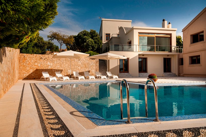 Luxury,privacy,pool,ideal for big groups, holiday rental in Kampani