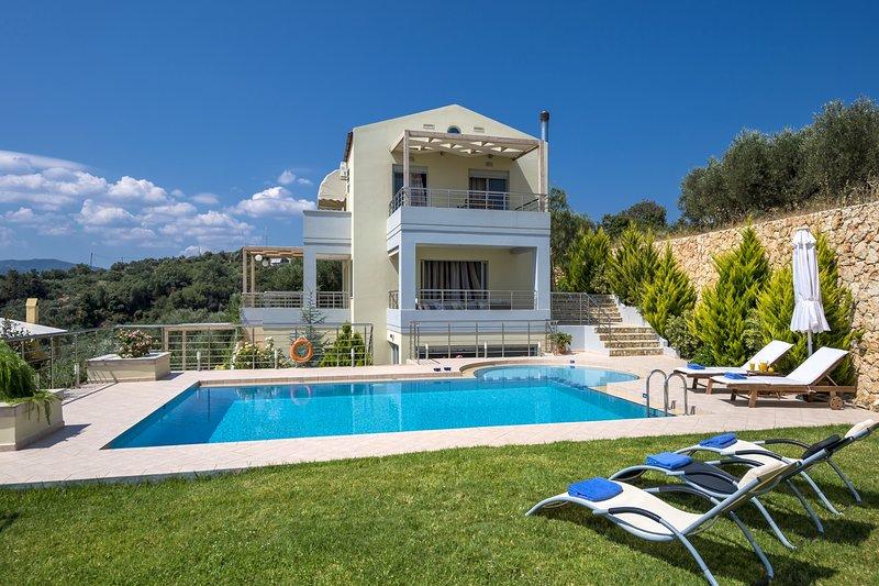 Comfortable,heated pool,sea & mountain, vacation rental in Platanias