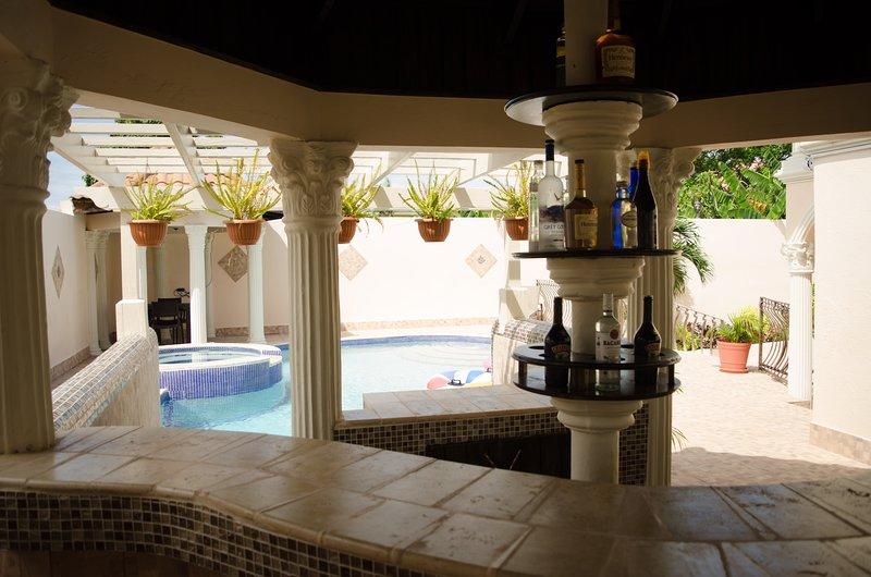 Pinnacle View Estate Micaila Villa, location de vacances à Ironshore