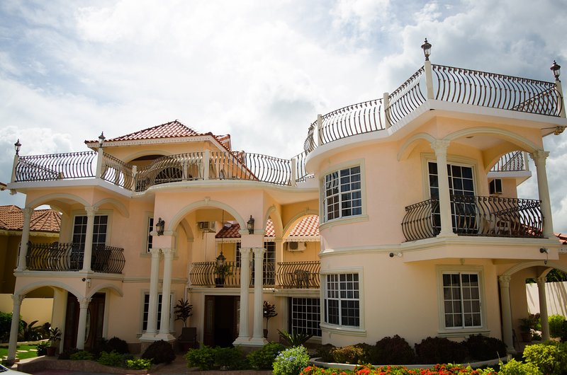 Pinnacle View Estate Tiana Villa, location de vacances à Ironshore