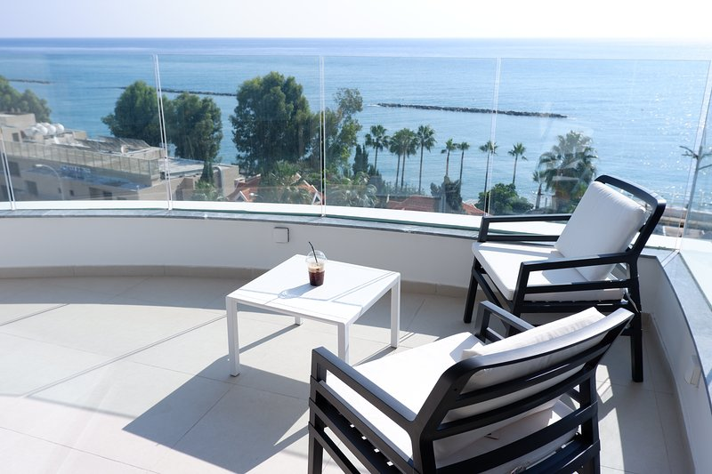 Arc-Ship Tower Apartment, holiday rental in Finikaria