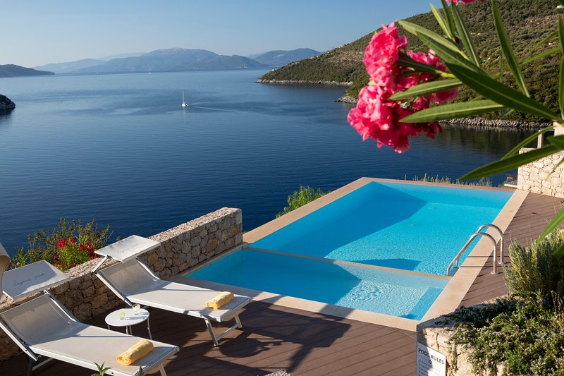 Villa Kastos - Stylish Luxury Villa with Direct Sea Access, location de vacances à Sivota