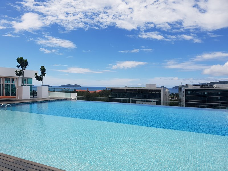 Sutera Avenue Infinity Pool Stylish Suite BREEZE HOME, holiday rental in Kota Kinabalu District