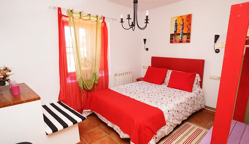 Casa Gatos, hasta 7 personas, a 5 minutos de la catedral, holiday rental in Arges