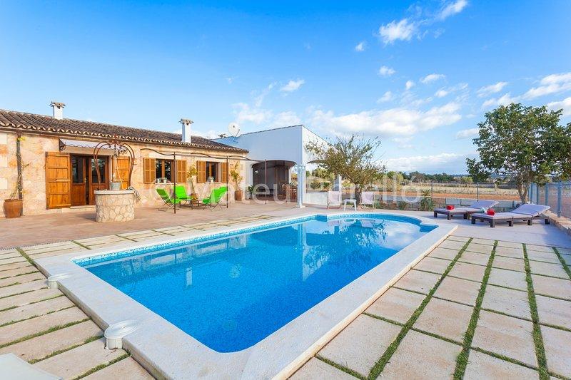 Villa Rafal Roig: Villa in the countryside with pool and garden, Ferienwohnung in Santa Margalida