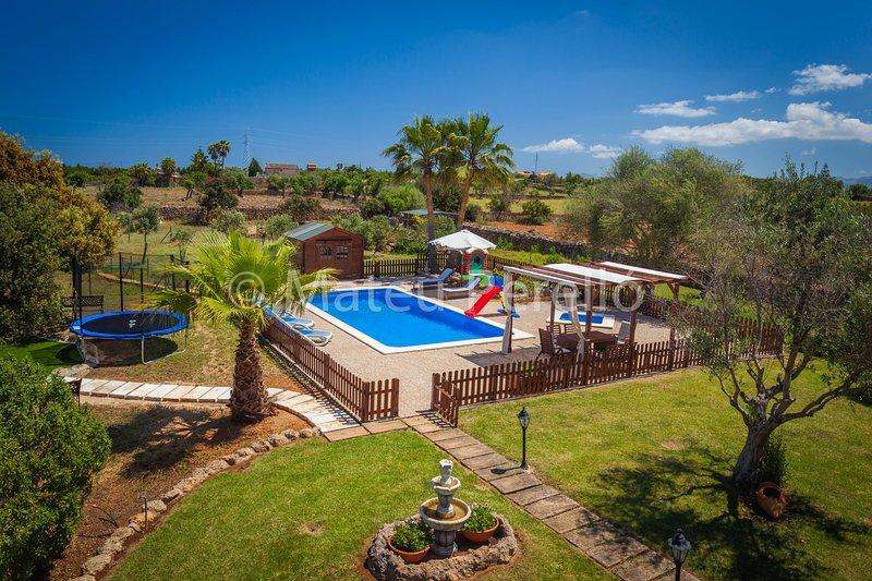 Villa Santa Eulalia: Modern country villa with pool, large garden and mini farm, Ferienwohnung in Santa Margalida