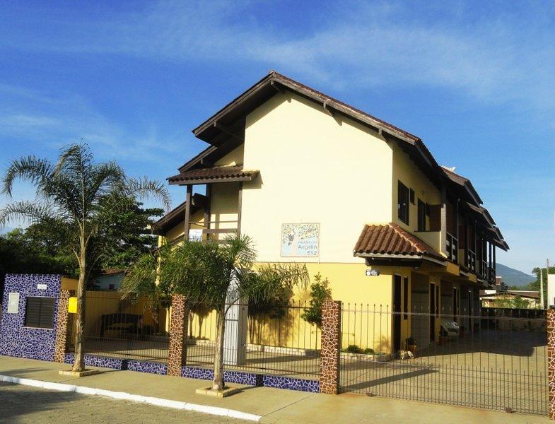 Praticidade pertinho da praia - Residencial Angelin, holiday rental in Bombinhas