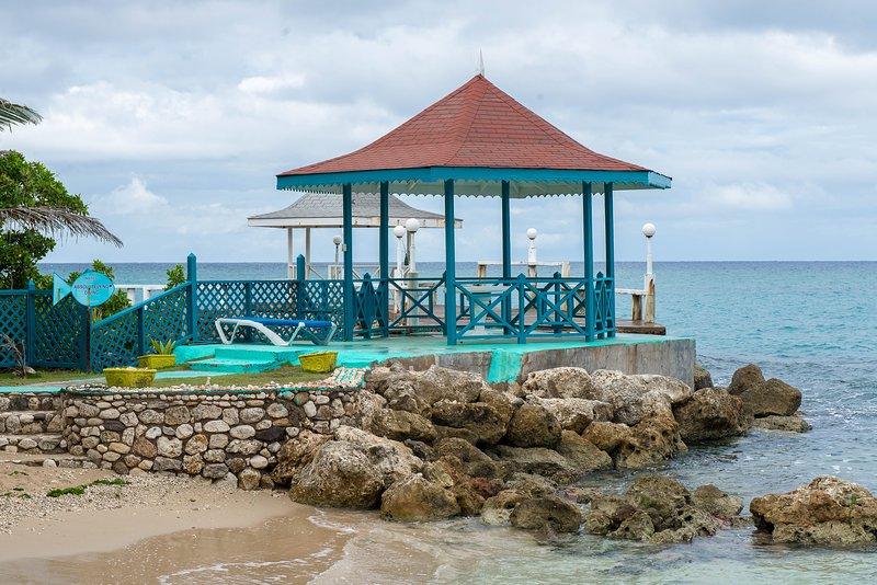 Crissanns- Tropical Beach Loft, holiday rental in Tower Isle