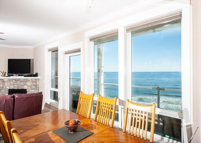 Forever Sunsets - Top Floor Oceanfront Condo, Private Hot Tub, Indoor Pool, Wifi, holiday rental in Lincoln City
