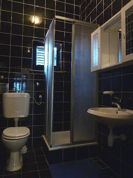A2-prvi kat(6): bathroom with toilet