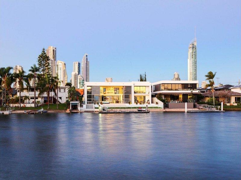 Luxury Waterfront Mansion, holiday rental in Benowa