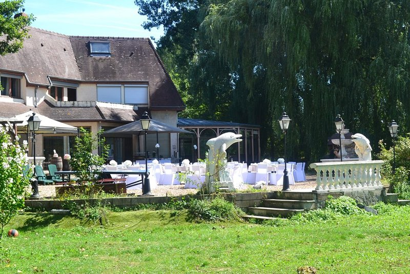 Amazing villa with garden & terrace, vacation rental in Villeneuve-sur-Yonne