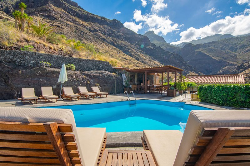 Large holiday cottage with pool in Agaete, holiday rental in Agaete